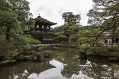 银色Pavillion在日本禅宗庭院里在京都 免版税库存图片