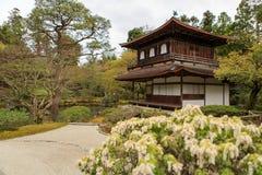 银色Pavillion在日本禅宗庭院里在京都 库存图片