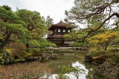 银色Pavillion在日本禅宗庭院里在京都 库存照片