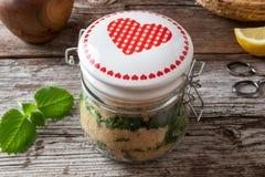 银色spurflower糖浆的准备从新鲜的银色spurflower和蔗糖的 免版税库存照片