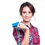 银行业务和付款概念-有塑料信用卡的微笑的端庄的妇女 免版税库存图片