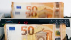 银行业务机器检查打印的欧元票据的数量 股票视频