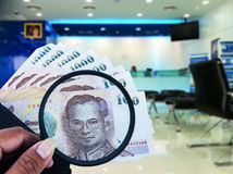 银行业务概念,检查金钱在您的钱包里 免版税库存图片