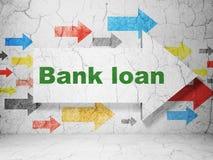 银行业务概念:与银行贷款的箭头在难看的东西墙壁背景 免版税库存照片