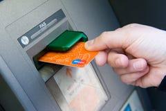 银行卡到ATM里 免版税库存照片