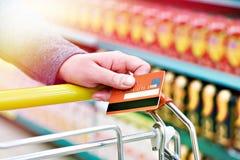 银行卡在手中在商店 库存图片