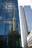 银行反射的塔 免版税库存图片