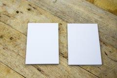 银行在木桌上的名片 库存图片