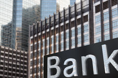 银行外部大厦的标志 免版税库存照片