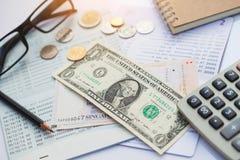 银行帐户、铅笔、美元、cions和计算器 免版税库存照片