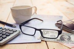 银行帐户笔、美元、玻璃、咖啡杯和计算器与 图库摄影