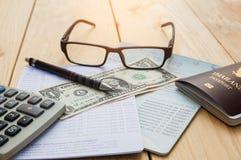 银行帐户笔、美元、玻璃、咖啡杯和计算器与 免版税库存照片