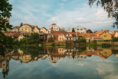 银行捷克谷水库的Litice村庄房子 Pilsen市的郊区区 捷克共和国的访问,欧洲 免版税库存图片