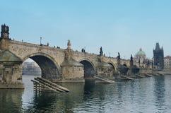 银行桥梁查尔斯查找布拉格河vltava 库存图片
