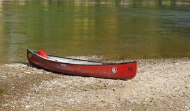 银行独木舟滑倒的多瑙河 免版税库存图片