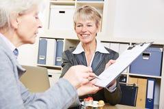 银行签字的资深妇女 免版税图库摄影