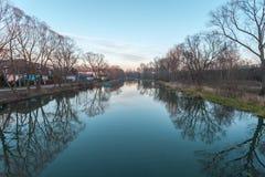 银行蓝色桥梁能城市云彩dnipropetrovsk羊毛状的轻的早晨一权利看到天空夏天那里乌克兰视图 库存照片