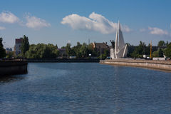 银行蓝色桥梁能城市云彩dnipropetrovsk羊毛状的轻的早晨一权利看到天空夏天那里乌克兰视图 库存图片