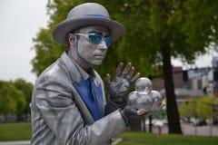 银被绘的变戏法者在波特兰,俄勒冈 免版税库存照片