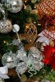 银,白色和红色圣诞树装饰 免版税库存图片