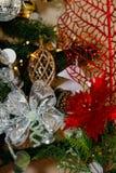 银,白色和红色圣诞树装饰 库存图片