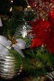 银,白色和红色圣诞树装饰 免版税库存照片