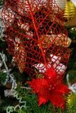 银,白色和红色圣诞树装饰 免版税图库摄影