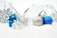 银,蓝色圣诞节中看不中用的物品,礼物,与银色丝带的雪花 免版税库存图片