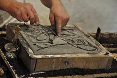 铸件框架为在沙子的金属铸件做准备 免版税库存照片