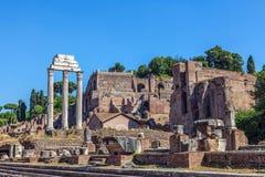 铸工和北河三寺庙的废墟  免版税库存照片