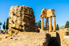 铸工希腊寺庙废墟在寺庙的谷的在阿哥里根托,西西里岛 免版税图库摄影