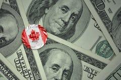 铸造与与加拿大的国旗的美元的符号美元金钱钞票背景的 免版税库存照片
