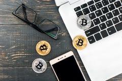 铸造与膝上型计算机的bitcoin 免版税库存图片