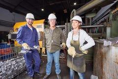 铸造厂作为小组的工厂队 库存图片