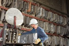 铸造厂工厂的工作者 库存照片