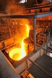 铸造厂-倾吐的熔融金属 免版税库存照片