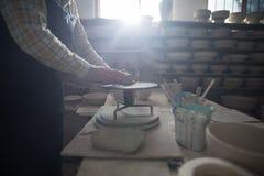 铸造在瓦器轮子的男性陶瓷工黏土 图库摄影