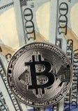 铸造在100美国美元背景的bitcoin特写镜头 库存照片