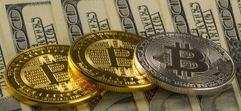 铸造在100美国美元背景的bitcoin特写镜头 免版税库存照片
