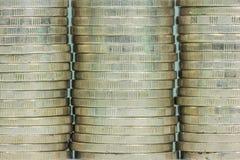 铸造堆无缝的纹理-在专栏的硬币 免版税库存照片