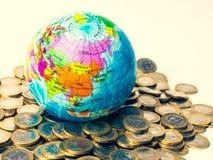 铸造堆,并且地球在来临,生长事务和未来概念投资您的金钱得到 库存照片