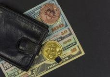 铸造有现金、两枚Bitcoin硬币和一刹那驱动的钱包 库存照片
