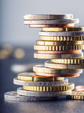 铸造欧元 开户欧洲欧元五重点一百货币附注绳索 钞票概念性货币欧元五十五十 在彼此堆积的硬币用不同的位置 库存图片