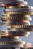 铸造欧元 开户欧洲欧元五重点一百货币附注绳索 钞票概念性货币欧元五十五十 在彼此堆积的硬币用不同的位置 库存照片