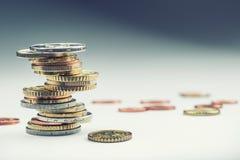 铸造欧元 开户欧洲欧元五重点一百货币附注绳索 钞票概念性货币欧元五十五十 在彼此堆积的硬币用不同的位置 概念庄园房子货币实际反映 库存图片