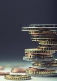 铸造欧元 开户欧洲欧元五重点一百货币附注绳索 钞票概念性货币欧元五十五十 在彼此堆积的硬币用不同的位置 概念庄园房子货币实际反映 库存照片