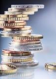 铸造欧元 开户欧洲欧元五重点一百货币附注绳索 钞票概念性货币欧元五十五十 在彼此堆积的硬币用不同的位置 概念庄园房子货币实际反映 免版税库存照片