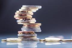 铸造欧元 开户欧洲欧元五重点一百货币附注绳索 钞票概念性货币欧元五十五十 在彼此堆积的硬币用不同的位置 概念庄园房子货币实际反映 免版税库存图片