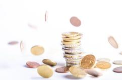 铸造欧元 背景欧洲货币白色 在一百张钞票 许多在另一个位置的硬币 图库摄影
