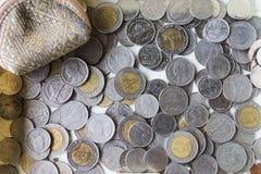 铸造泰国 泰国的货币 泰国的货币 在金钱盘子的硬币与 免版税库存照片